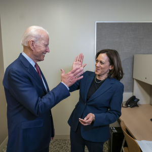 "Joe Biden och Kamala Harris gör ""high five"""