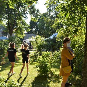 Två dansare går igenom innergården vid Hus Lindman.