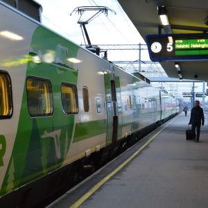 Människor väntar på tåget vid stationen i Åbo.