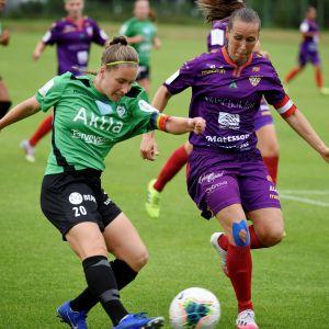 Annika Haanpää i TiPS och Pille Raadik i Åland United i en duell.