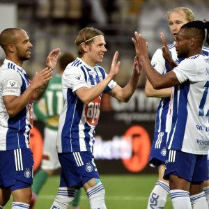 HJK-spelare firare ett mål.