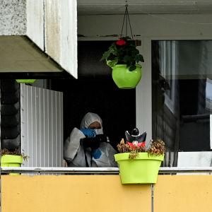 En kriminaltekniker fotograferar i en tysk lägenhet