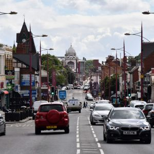 Trafik i centrum av Birmingham i Storbritannien.
