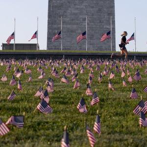 Sammanlagt 20 000 små amerikanska flaggor placerades vid Washintongmonumentet i den amerikanska huvudstaden inom ramen för projektet COVID Memorial Project som genomfördes till minne av de 200 000 personer som dött av covid-19 i USA.