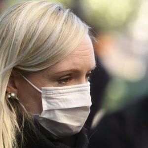En blond kvinna i munksydd fotograferad i närbild.