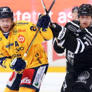 Eemil Viro i en duell med ligaräven Toni Koivisto.