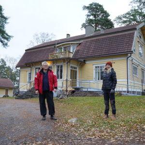 Göran Karlsson och Emma Friman står utanför Furutorp.