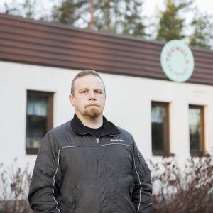 Isä Mikko Alasalmi Touhula Kettukallion päiväkodin edessä, jossa hänen poikansa kävi ennen asbestilöydöstä.