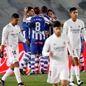 Alaves spelare firar 1–0-målet.
