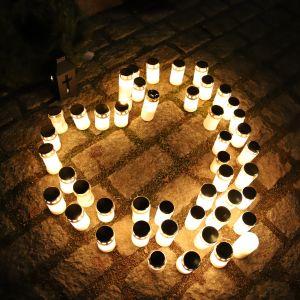 Kynttilöitä Lahden sankarihautausmaalla Vapauden Hengetär -patsaan edessä