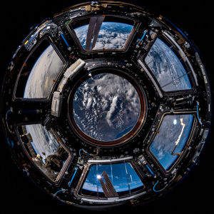 Maapallo kuvattuna avaruusaseman ns. kupolista.
