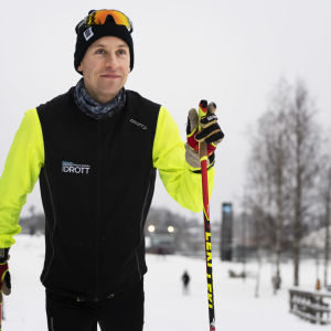 Wilhelm Stenbacka skidar i ett spår.