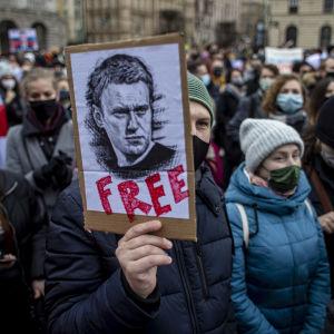 Människor i Prag demonstrerar för ryska Aleksej Navalnyj.