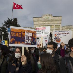 Demonstration i Istanbul där studenter håller upp plakat med budskap mot sin rektor.