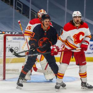 Puljujärvi framför målet i matchen mot Calgary.