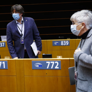 Carles Puigdemont ja Clara Ponsati maskit kasvoillaan Euroopan parlamentin istuntosalissa