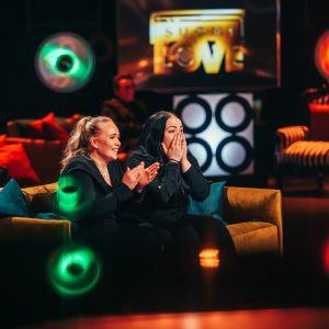 Kaksi nuorta naista yllättyvät SuomiLOVE-sohvalla