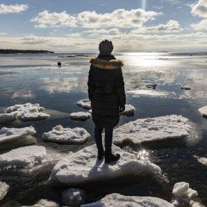 nainen seisoo jäälautalla