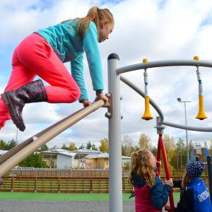 Skolbarn på näridrottsplatsen i Forsby i Lovisa