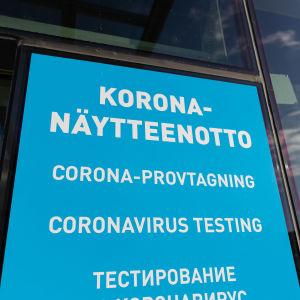 """""""Korona-näytteenotto"""" -kyltti Nuijamaan raja-asemalla."""