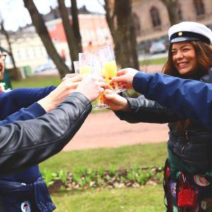 Opiskelijoita Porin Raatihuoneenpuistossa