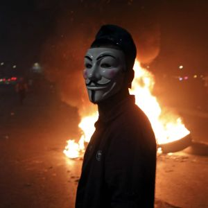 På söndag kväll spred sig sammandrabbningarna också utanför Jerusalem. Den här palestinska demonstranten, nära Ramallah, hade tagit på sig en Guy Fawkes-mask som gjorts populär av  flitigt av hackergruppen Anonymous.