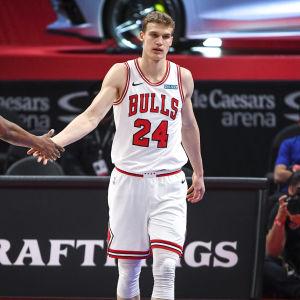 Chicago Bullsin Lauri Markkanen ottelussa Detroitia vastaan keväällä 2021.