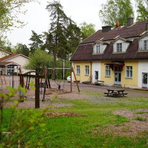 en skolgård med många olika lekställningar.