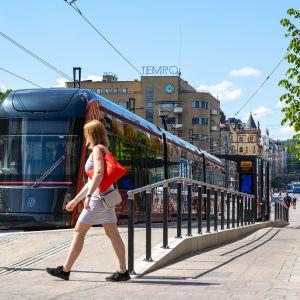 Jalankulkija ja raitiovaunu Tampereen Hämeenkadulla kesäkuussa 2021