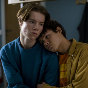 Skådespelarna Edvin Ryding och Omar Rudberg i serien Young Royals.
