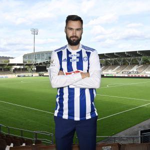 Tim Sparv poserar med HJK:s tröja.