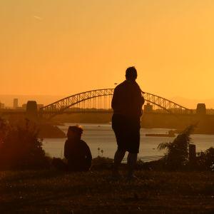 Personer som njuter av solnedgången i Australien.