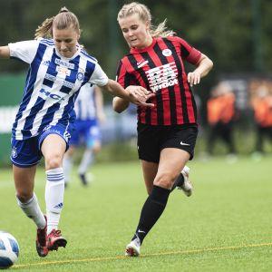 HJK:n Katariina Kosola ja PK-35:n Amanda Rantanen kamppailevat pallosta
