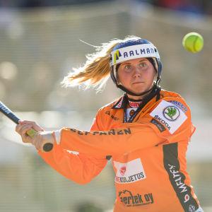 Emma Körkkö lyö palloa.