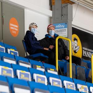 Isä Jari Lavikka ja poika Kalle Lavikka seuraamassa katsomossa SaiPan harjoituksia Kisapuistossa 25.8.2021.