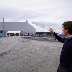 Northvolts fabrik en mulen dag. Anders Thor i förgrunden.
