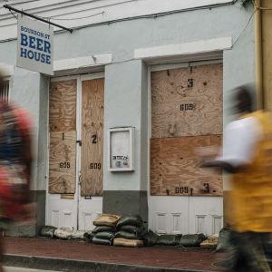 Yrityksen ikkunat on laudoitettu New Orleansissa.