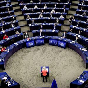 Ursula von der Leyen puhuu Euroopan parlamentissa.