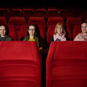 Auli Klade, Tarja Määttänen, Johanna Kuusela ja Anne Beresford elokuvateatterissa.