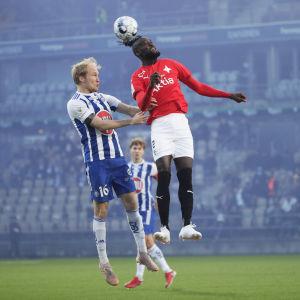 HIFK:s Kei Kamara kämpar i en nickduell.