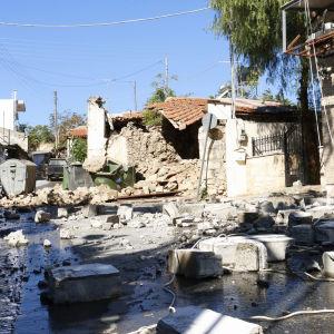 Bild på hus som rasat i samband med en jordbävning.