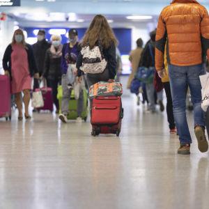 matkailijoita helsinki vantaan lentokentällä.