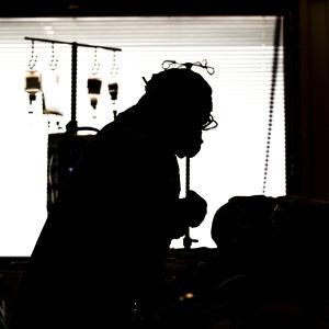 Sjukskötare vårdar patient på intensivvårdsavdelningen för coronapatienter,