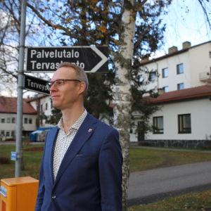 Kaupunginjohtaja Sami Suikkanen seisoo terveyskeskuksen edustalla.