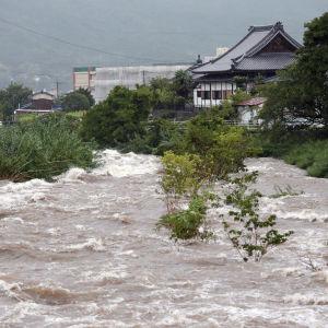 Översvämning, stora vattenmassor nära bebyggelse i Japan.