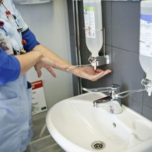 En vårdare desinficerar sina händer.