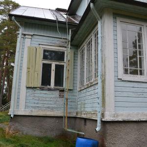 Fönsterluckorna hänger och är inte fördragna på Villa Kolkka på Runsala.