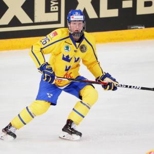 Rasmus Dahlin i den svenska landslagströjan.