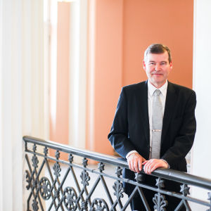 Helsingfors universitets rektor poserar.