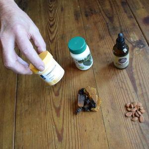 Krister har ätit sprängticka, graviola, aprikosfrön och cannabisolja för att bota sin cancer.